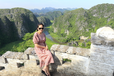 ベトナム、タムコックを旅行する若い女性の写真素材 [FYI01184968]