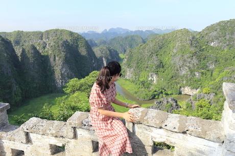ベトナム、タムコックを旅行する若い女性の写真素材 [FYI01184969]