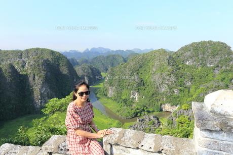 ベトナム、タムコックを旅行する若い女性の写真素材 [FYI01184970]