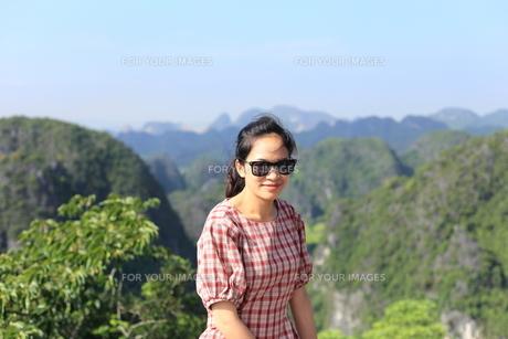 ベトナム、タムコックを旅行する若い女性の写真素材 [FYI01184972]