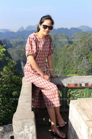 ベトナム、タムコックを旅行する若い女性の写真素材 [FYI01184973]