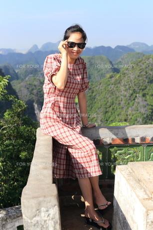 ベトナム、タムコックを旅行する若い女性の写真素材 [FYI01184974]