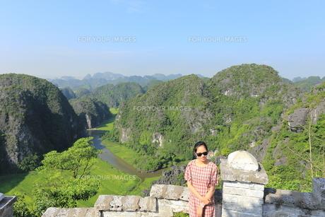 ベトナム、タムコックを旅行する若い女性の写真素材 [FYI01184979]