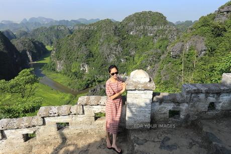 ベトナム、タムコックを旅行する若い女性の写真素材 [FYI01184980]