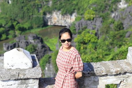 ベトナム、タムコックを旅行する若い女性の写真素材 [FYI01184981]