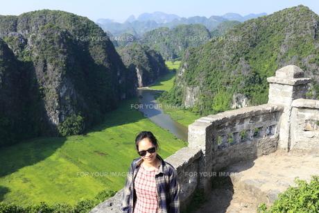 ベトナム、タムコックを旅行する若い女性の写真素材 [FYI01184982]