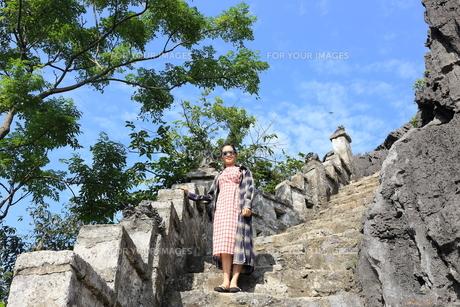 ベトナム、タムコックを旅行する若い女性の写真素材 [FYI01184984]