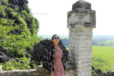 ベトナム、タムコックを旅行する若い女性の写真素材 [FYI01184985]