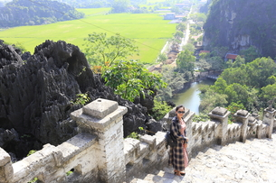 ベトナム、タムコックを旅行する若い女性の写真素材 [FYI01184986]