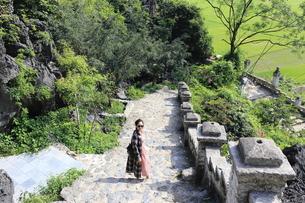 ベトナム、タムコックを旅行する若い女性の写真素材 [FYI01184987]