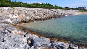 沖縄の夏 透き通った海の写真素材 [FYI01185035]