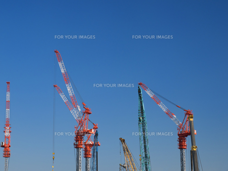 高層ビルのクレーンの写真素材 [FYI01185052]
