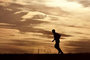 ジョギングする男性の写真素材 [FYI01185938]