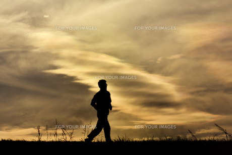 ジョギングする男性の写真素材 [FYI01185940]