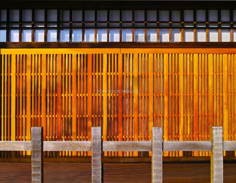 京町屋の格子と駒寄せの写真素材 [FYI01186077]