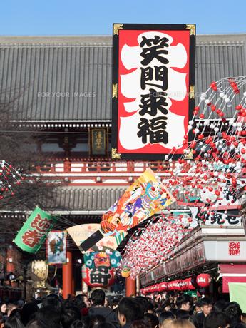 正月の浅草・仲見世通りの写真素材 [FYI01186274]