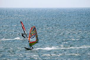 爽快な青い海を滑走するウインドサーフィンの写真素材 [FYI01186375]