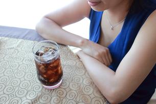 ジュースを飲んでいる女性の写真素材 [FYI01186548]