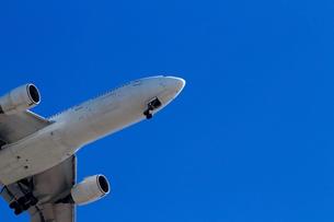 青空へ離陸するジェット旅客機の写真素材 [FYI01186878]
