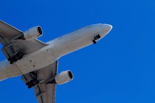青空へ離陸するジェット旅客機の写真素材 [FYI01186879]