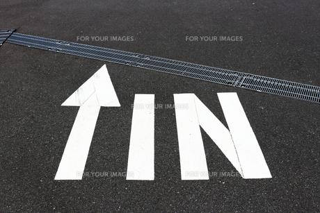 駐車場の入り口のある標識の写真素材 [FYI01186909]