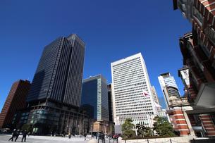 東京駅前広場から見る丸の内のオフィスビルの写真素材 [FYI01186912]