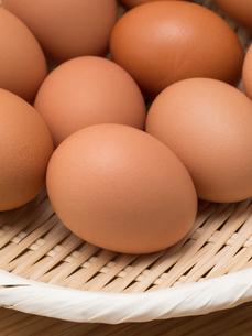 ザルに入れた卵の写真素材 [FYI01186999]
