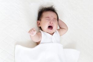 泣く新生児の女の子の赤ちゃんの写真素材 [FYI01187358]