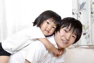 幼い娘と遊ぶ父親、幸せな家族シーンの写真素材 [FYI01187380]