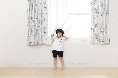窓際で拗ねる幼い女の子のイメージの写真素材 [FYI01187382]
