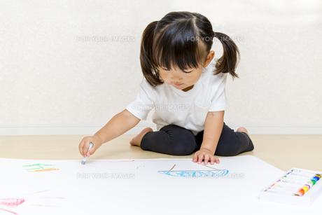 絵を描く幼い女の子の俯瞰の写真素材 [FYI01187435]