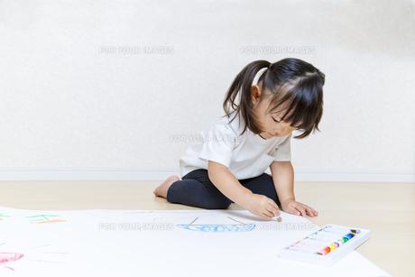 絵を描く幼い女の子の俯瞰の写真素材 [FYI01187436]