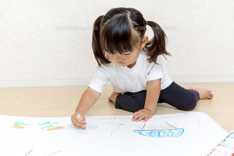 絵を描く幼い女の子の俯瞰の写真素材 [FYI01187437]