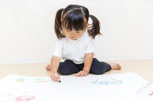 絵を描く幼い女の子の俯瞰の写真素材 [FYI01187439]