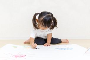 絵を描く幼い女の子の俯瞰の写真素材 [FYI01187441]
