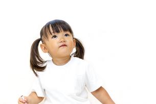 横を見つめる幼い女の子イメージの写真素材 [FYI01187442]