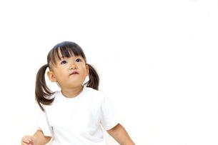横を見つめる幼い女の子イメージの写真素材 [FYI01187444]