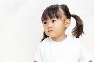 横を見つめる幼い女の子イメージの写真素材 [FYI01187445]