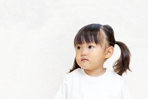 横を見つめる幼い女の子イメージの写真素材 [FYI01187446]