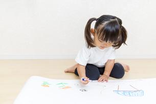 絵を描く幼い女の子の俯瞰の写真素材 [FYI01187449]