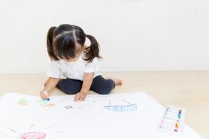 絵を描く幼い女の子の俯瞰の写真素材 [FYI01187451]