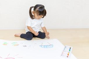 絵を描く幼い女の子の俯瞰の写真素材 [FYI01187453]
