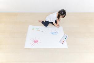 絵を描く幼い女の子の俯瞰の写真素材 [FYI01187454]