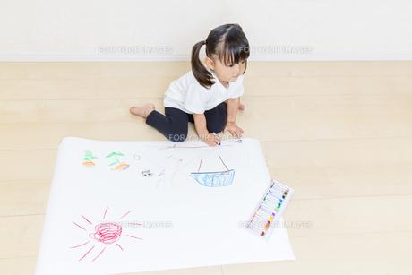 絵を描く幼い女の子の俯瞰の写真素材 [FYI01187455]