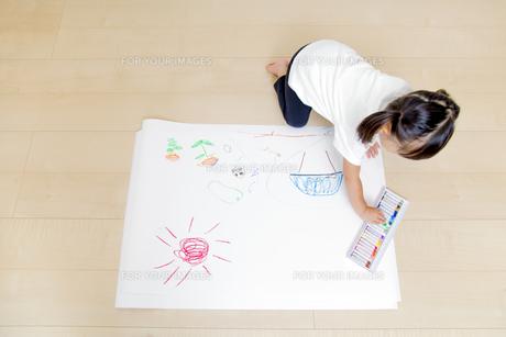 絵を描く幼い女の子の俯瞰の写真素材 [FYI01187461]
