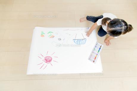 絵を描く幼い女の子の俯瞰の写真素材 [FYI01187462]