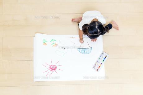 絵を描く幼い女の子の俯瞰の写真素材 [FYI01187465]