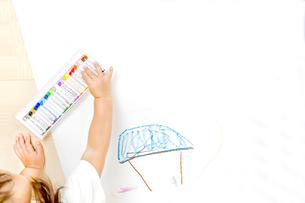 家の絵を描く幼い子の手元とコピースペースの写真素材 [FYI01187469]