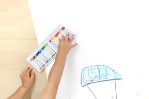 家の絵を描く幼い子の手元とコピースペースの写真素材 [FYI01187470]