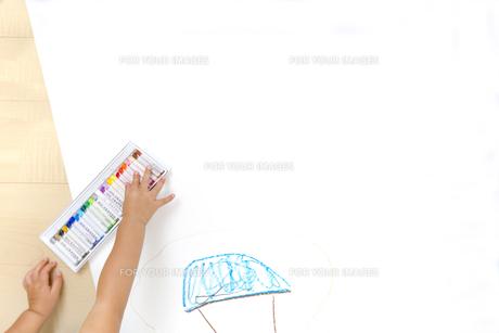家の絵を描く幼い子の手元とコピースペースの写真素材 [FYI01187472]